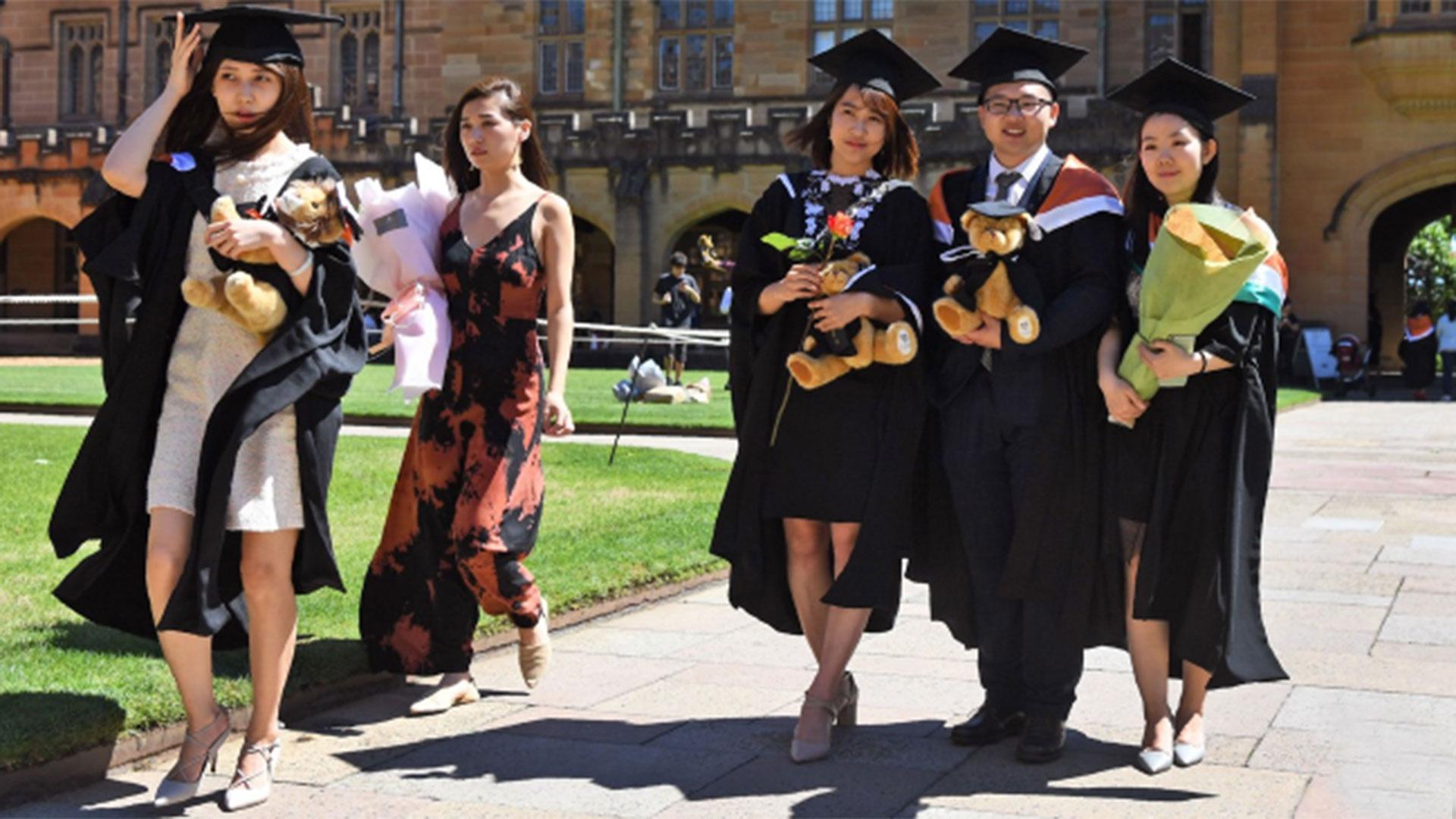 Un grupo de estudiantes chinos tras graduarse de la Universidad de Sydney