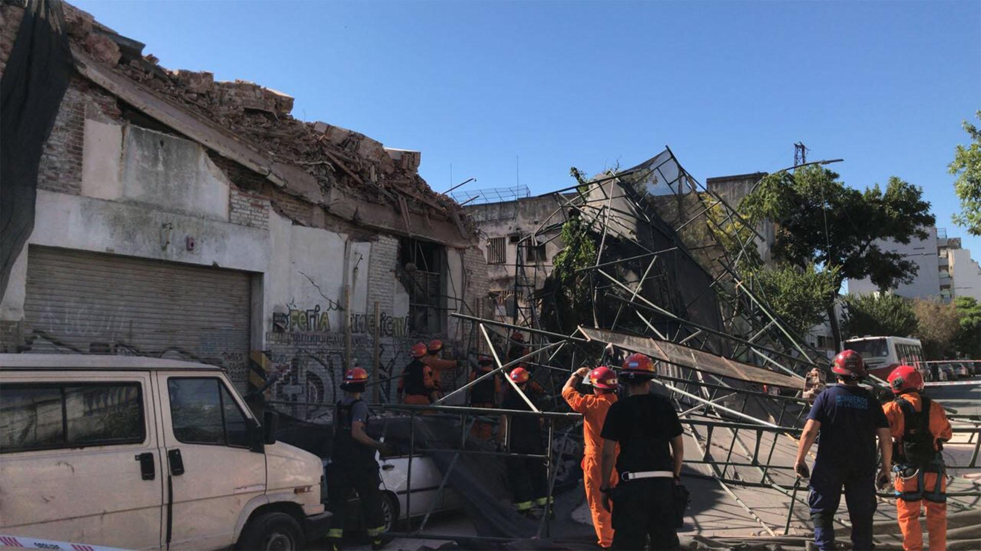 El derrumbe del andamio provocó la destrucción de dos autos