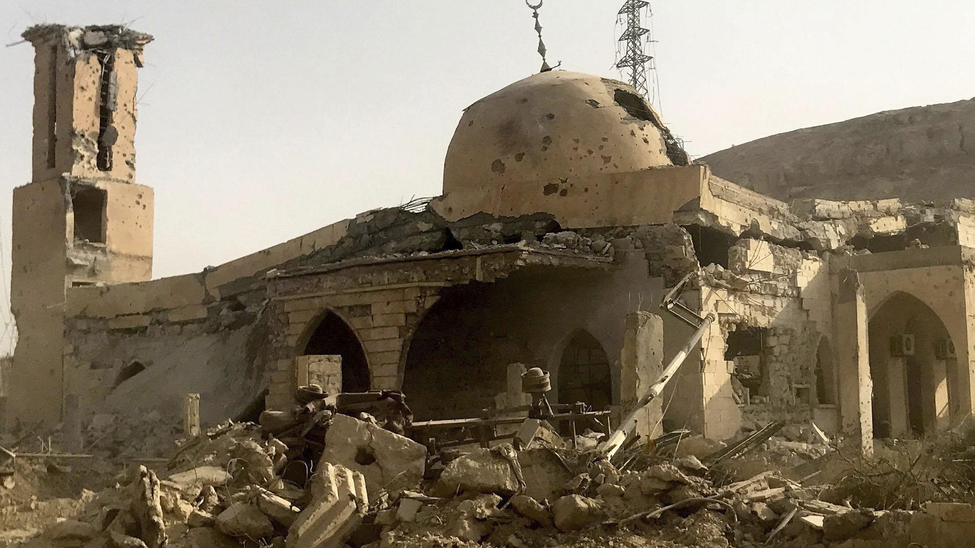 Una mezquita destruida en Deir Ezzour, Siria, en noviembre pasado. En esa ciudad devastada un bombardeo de los Estados Unidos terminó con la vida de mercenarios rusos negados por Moscú (Getty)