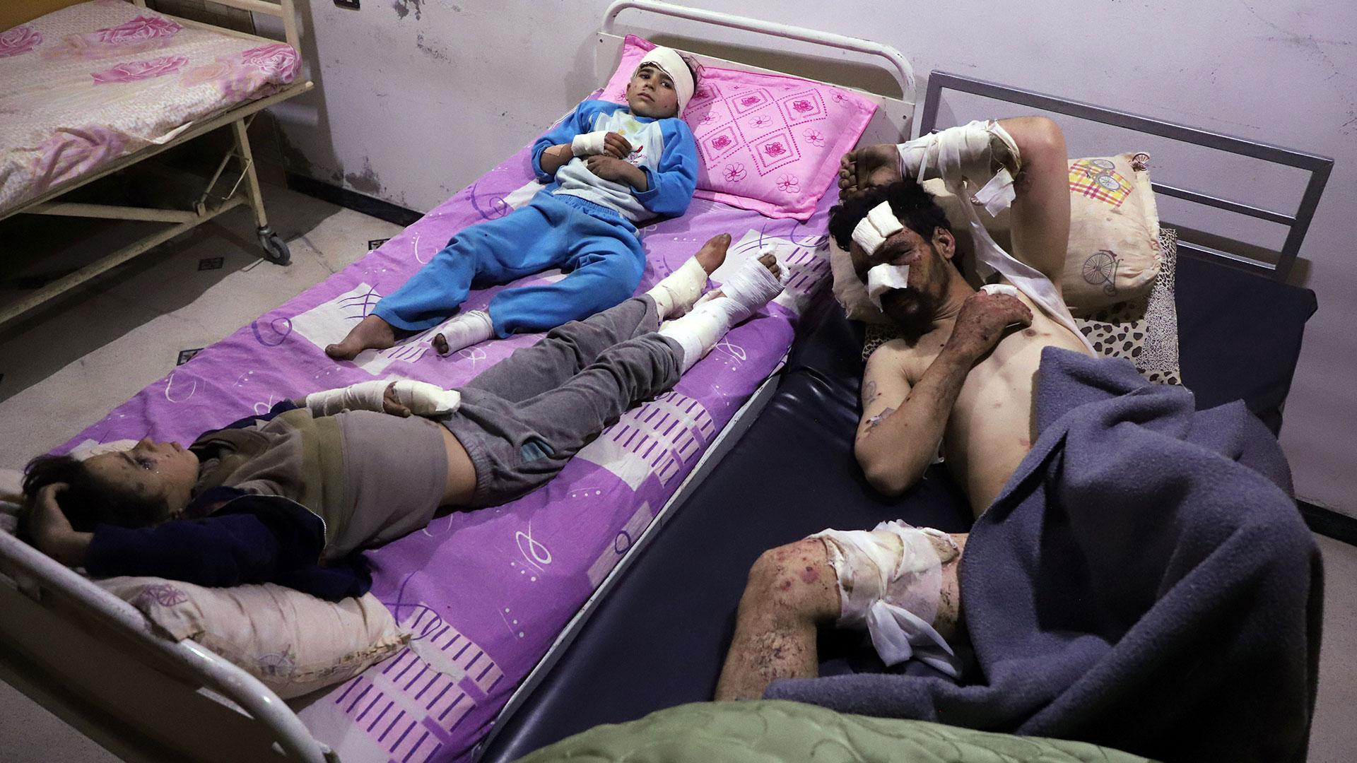 Heridos exhiben irritaciones provocadas por las armas químicas (AFP)