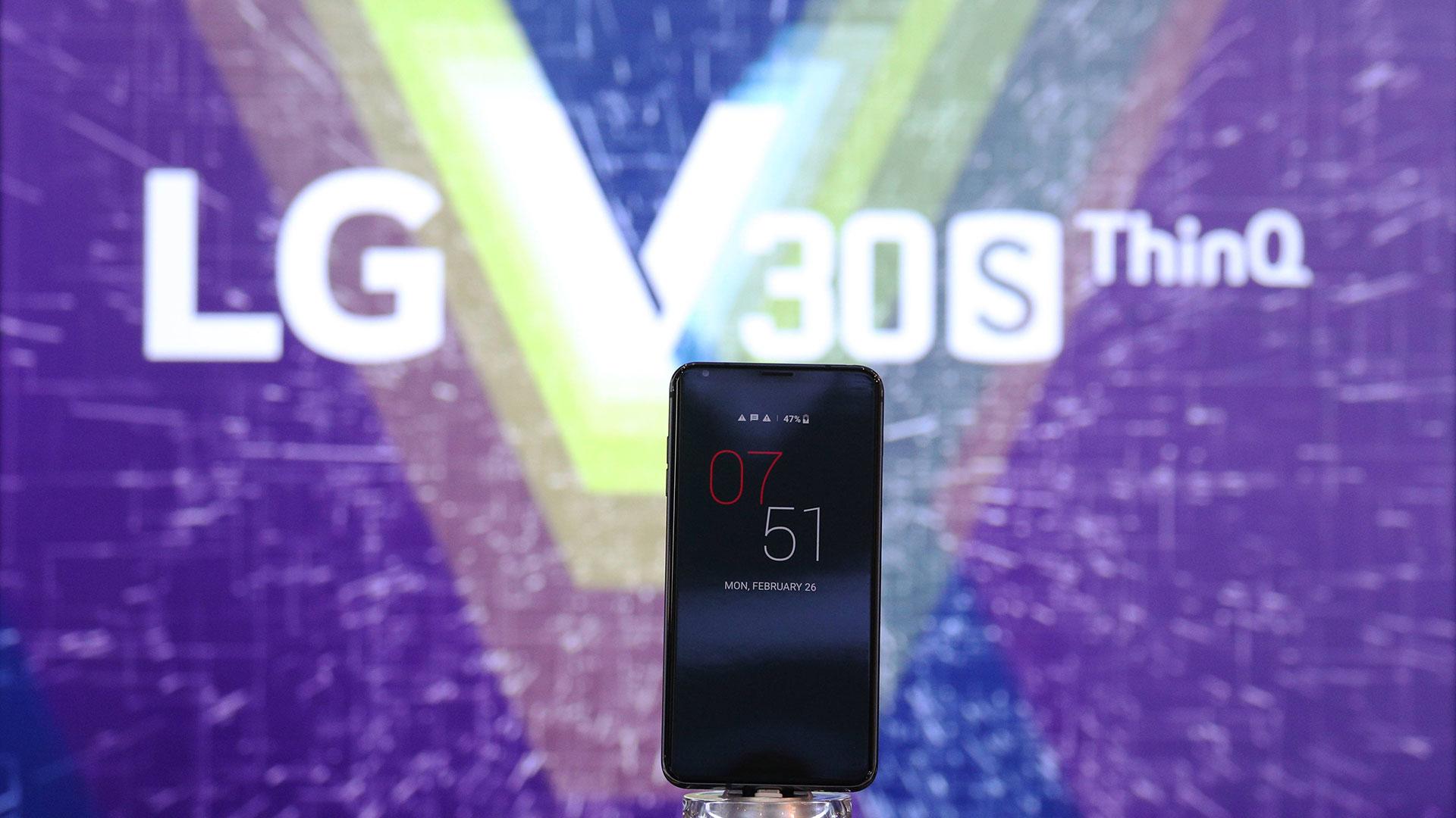 LG presentó una nueva versión del V30 que incorpora una cámara con visión inteligente que analiza automáticamente objetos y recomienda el mejor modo de disparo entre ocho opciones (Reuters).