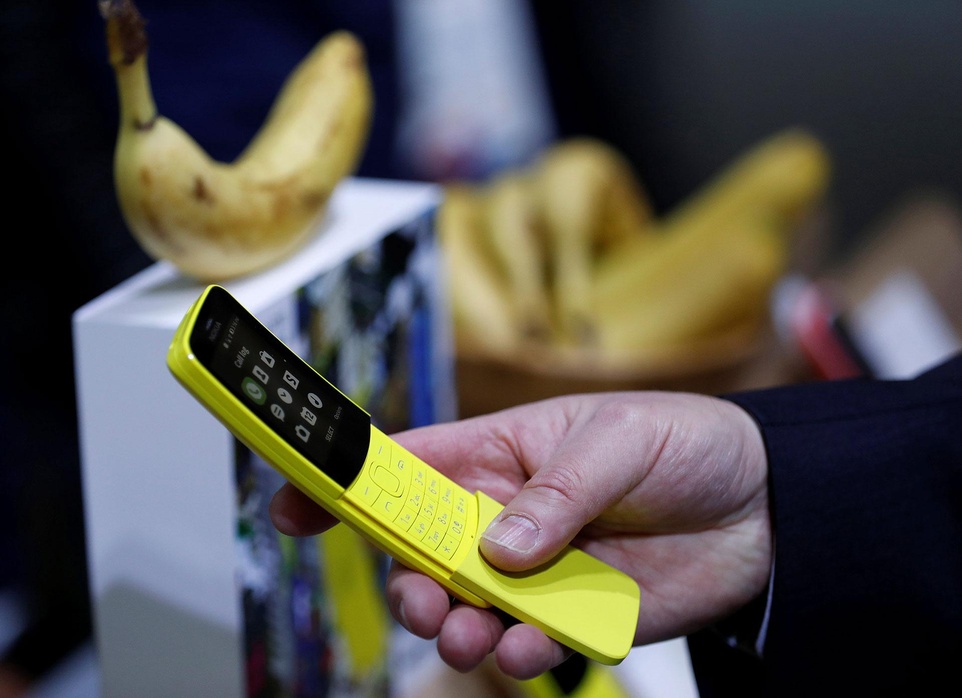 """El Nokia 8110, conocido como el """"banana phone"""" y lanzado originalmente en 1996, vuelve al ruedo con 4G (Reuters)"""
