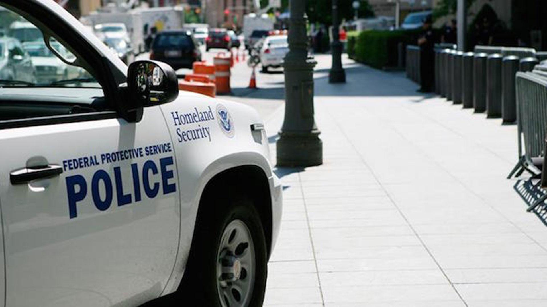 Un grupo especial de desactivación de explosivos, del FBI y del Departamento de Seguridad Nacional se personaron en la casa y hallaron una bomba de fabricación casera y armas de las que no se ha especificado ni cantidad ni tipo