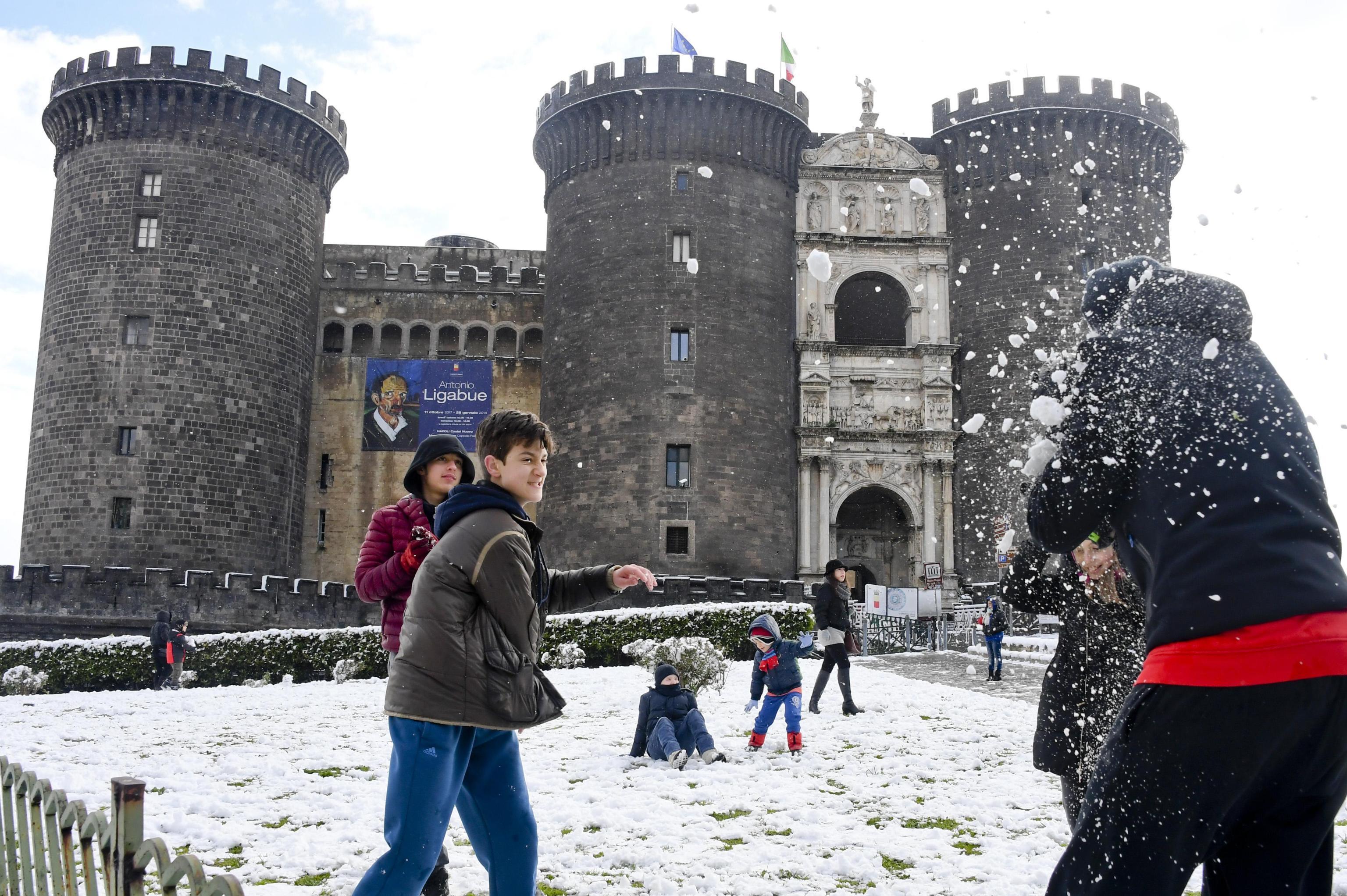 Guerra de nieve frente al castilloMaschio Angioino en Nápoles, Italia (Cesare Abbate/ANSA via AP)