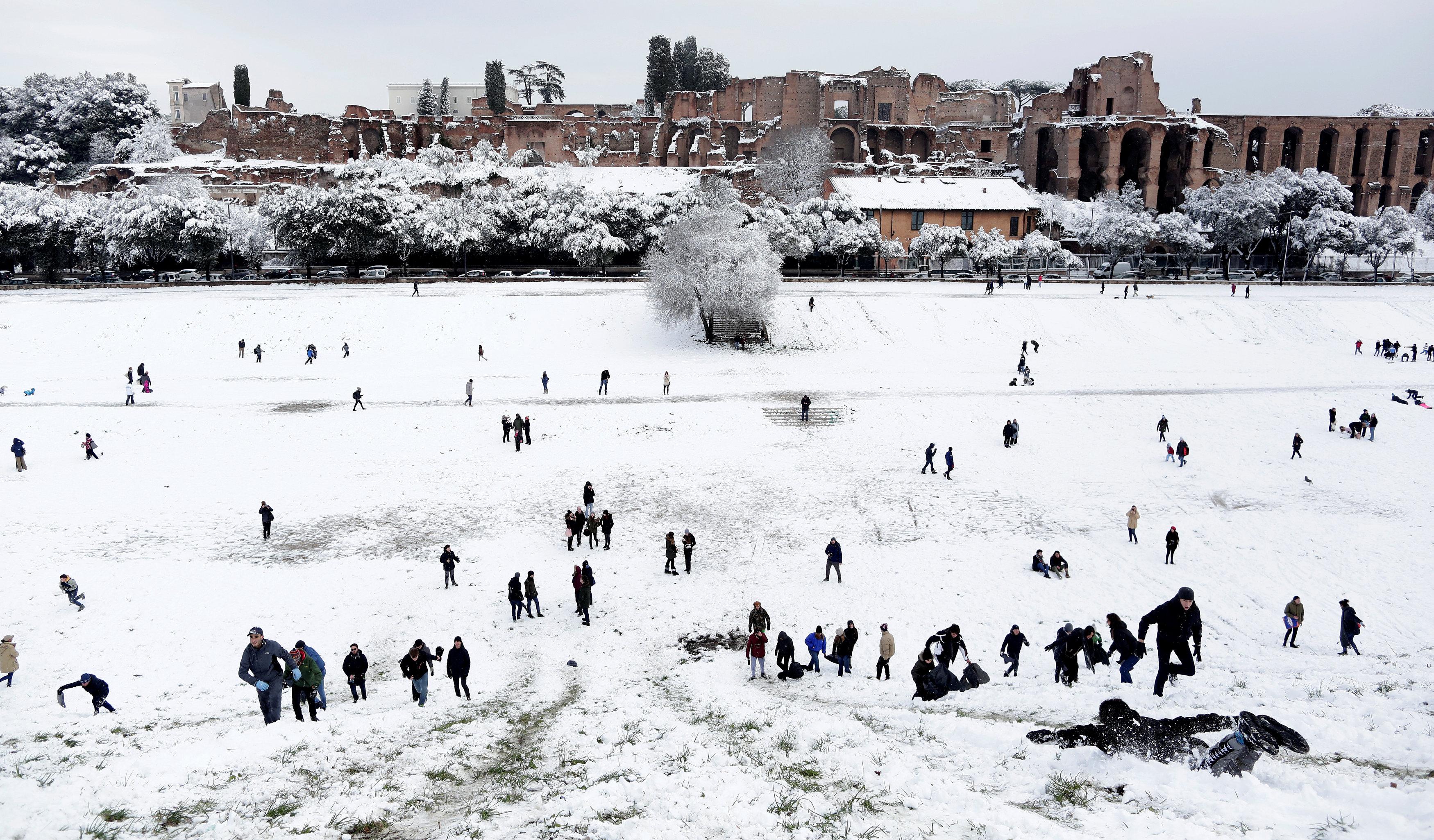 Personas jugando con la nieve en el Circo Massimo, en Roma (REUTERS/Yara Nardi)