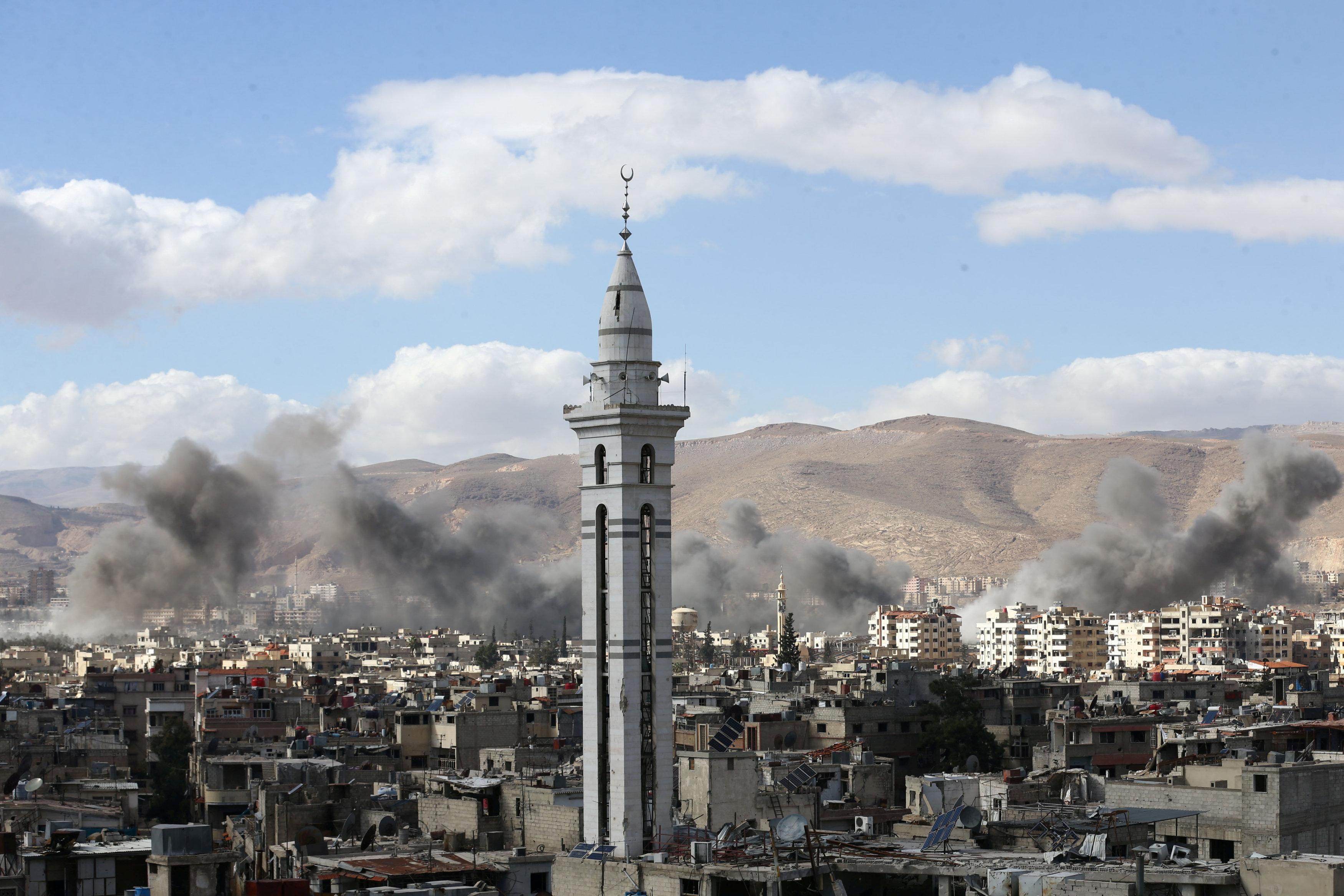 El humo sale del enclave rebelde de Guta Oriental (REUTERS/ Bassam Khabieh)