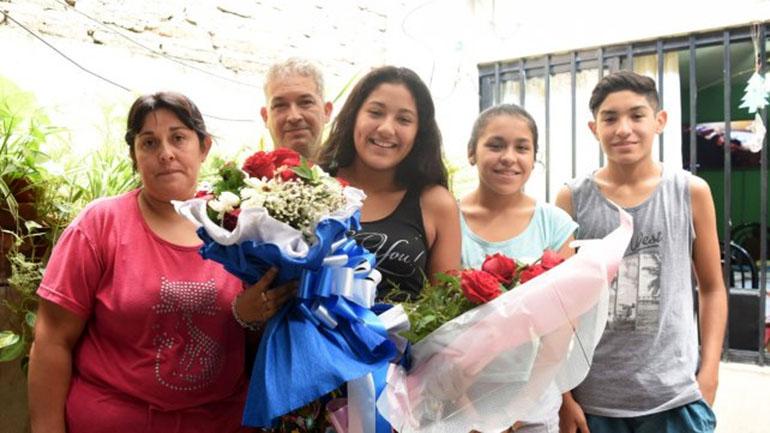 Daiana y su familia tras ser estafadas