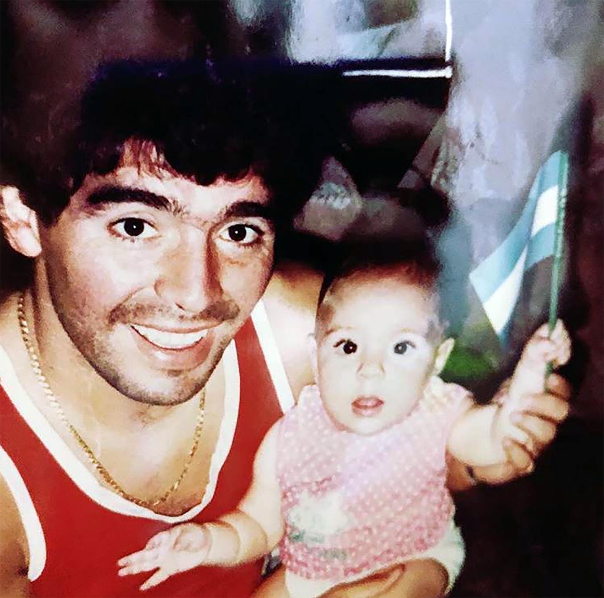 Dalma en los brazos de su papá