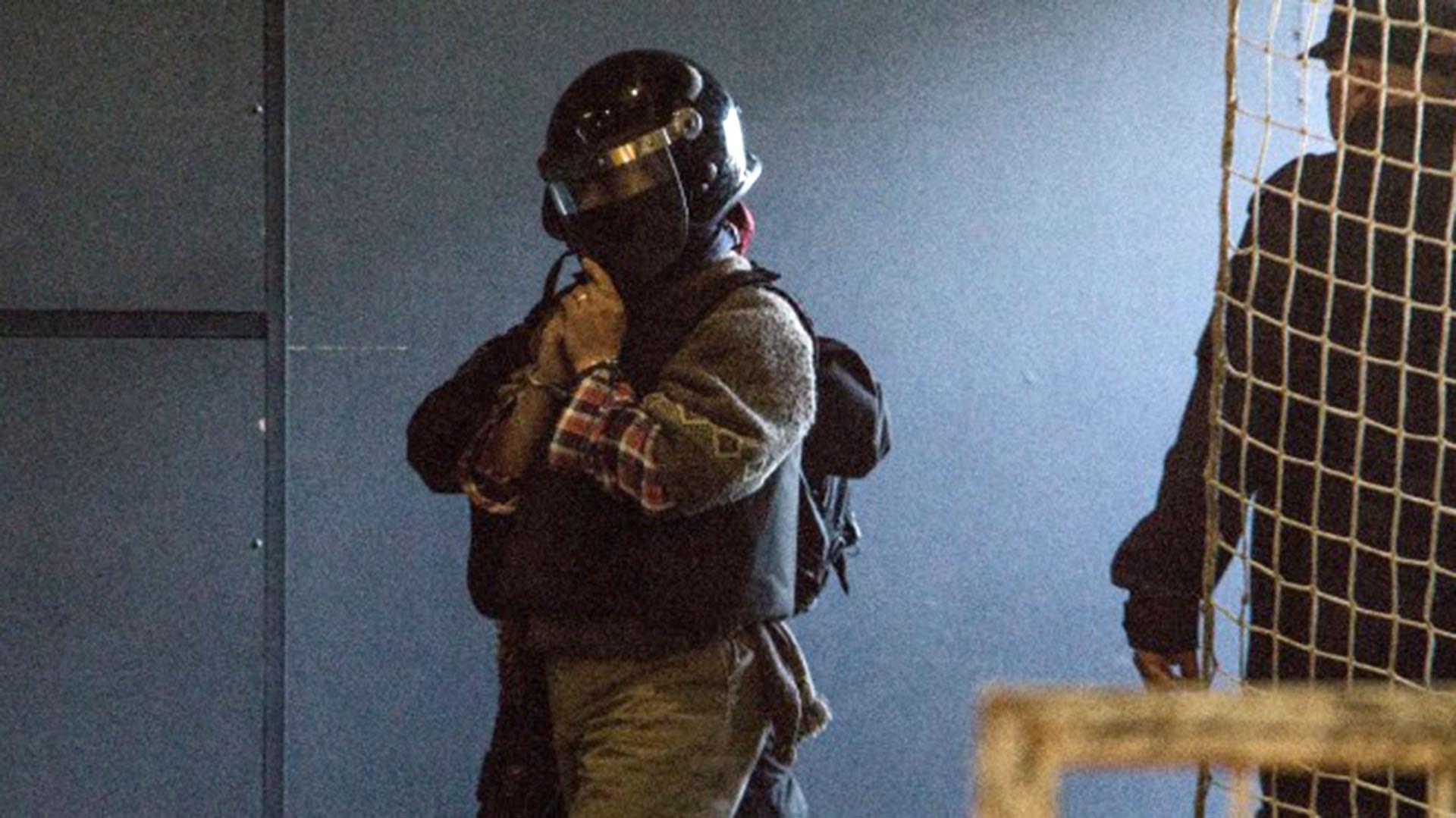 Con casco y chaleco antibalas. Así trasladaron a Jones Huala (Gentileza rionegro.com.ar)