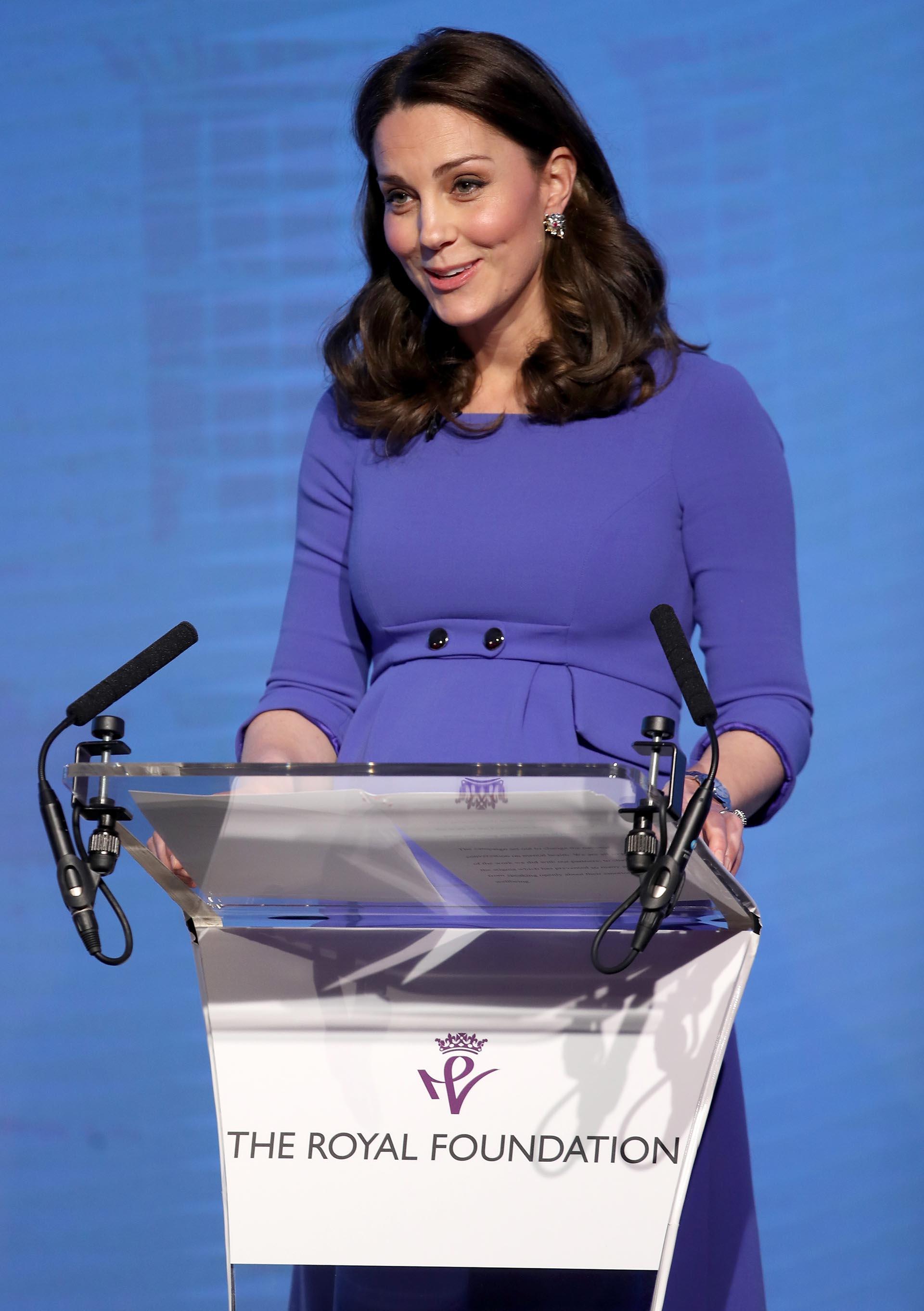 Fiel a su estilo, Kate repitió su look, un vestido en tono azul lavanda de la boutique Seraphine que marcaban su pancita de 8 meses.