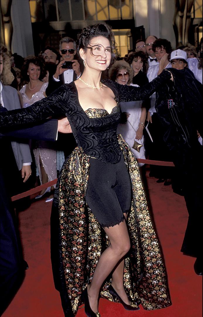 Era 1989 cuando a Demi Moore se le ocurrió que podría ser una buena idea crear su propio vestido. El resultado está a la vista.