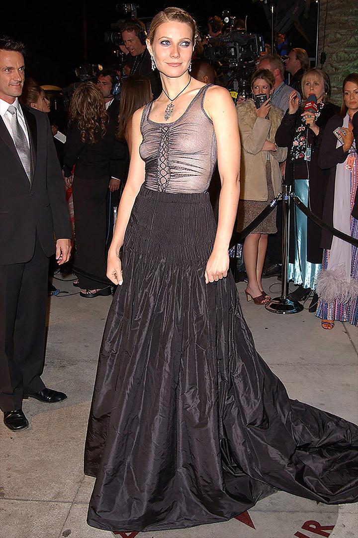 """""""Debería haber llevado sujetador"""", admitió la actriz Gwyneth Paltrow al hablar sobre su elección de Alexander McQueen para la edición de 2002."""