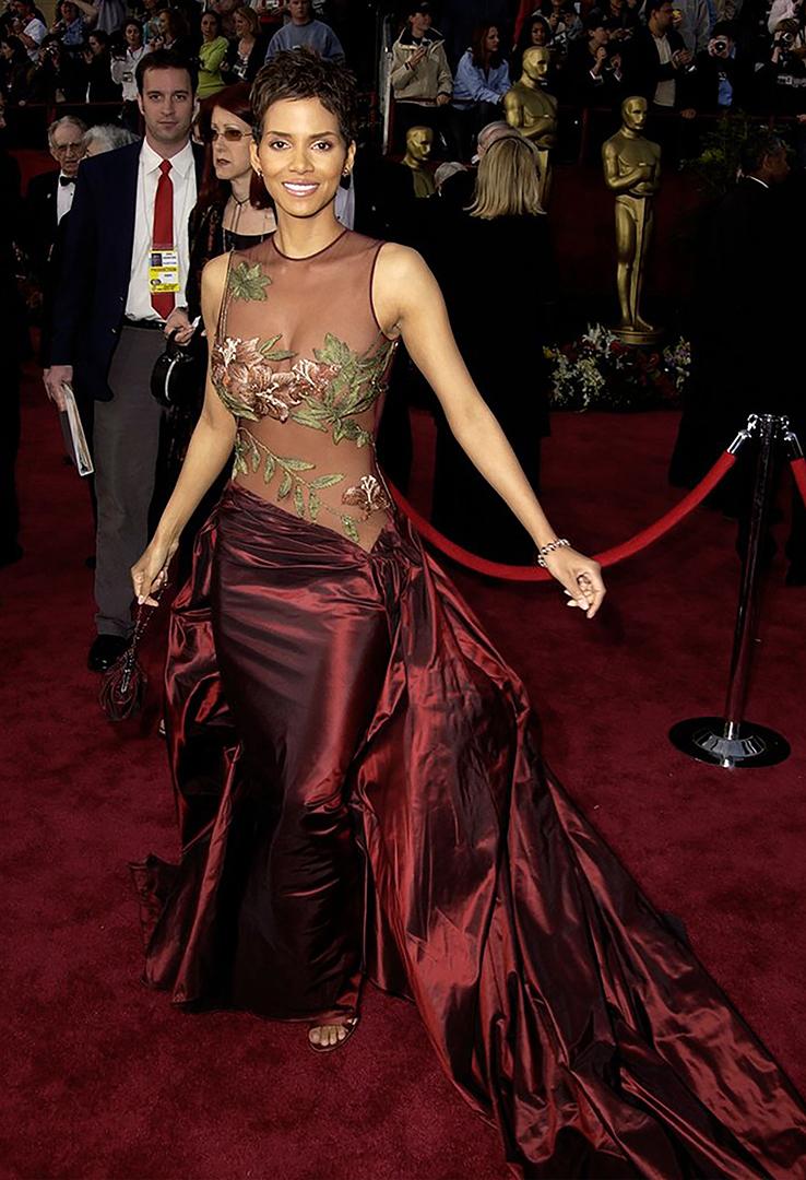 """El diseño floral que Halle Berry lució en el escenario al recoger su Oscar en 2002 por su actuación en el drama """"Monster's Ball"""" generó amor y odio entre la prensa especializada"""