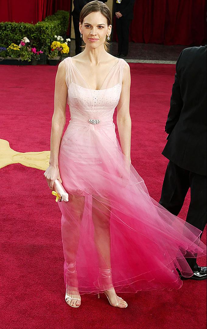 El vestido rosa degradé de Christian Dior que lució la actriz Hilary Swank en 2003 no convenció a nadie en la alfombra roja