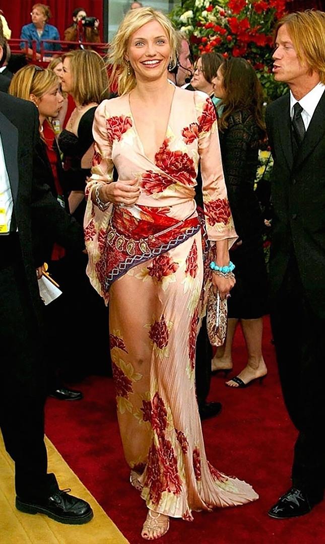 Cameron Diaz fue elegida una de los peores vestidas en 2002. El estampado de flores del vestido del diseñador Emanuel Ungaro fue lo más criticado.