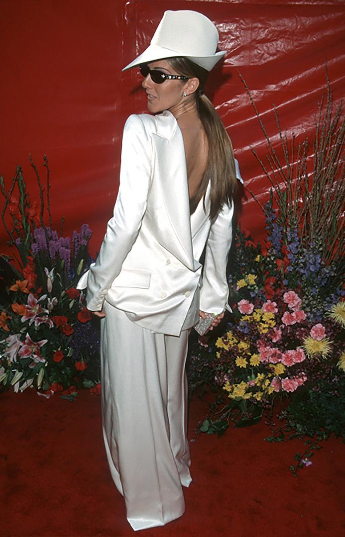 La cantante Celine Dion apostó a un esmoquin femenino pero sin el resultado deseado. El accesorio en su cabeza tampoco acompañó.