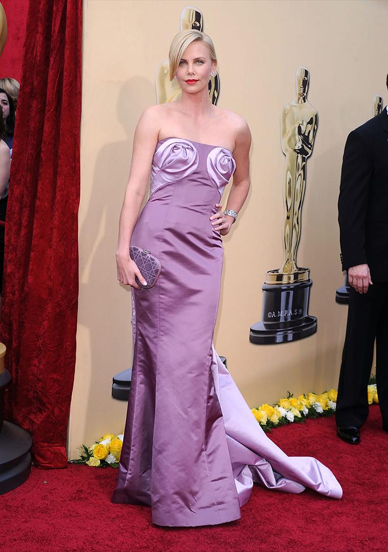 Charlize Theron lució un Dior en 2010. El vestido se robó toda la atención por esas rosas lilas que simulaban la delantera de la actriz