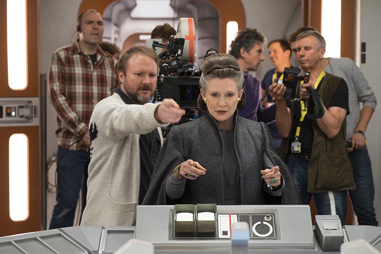 El director Rian Johnson reveló que la actriz Carrie Fisher colaboró en el guión de ciertas escenas claves de la película