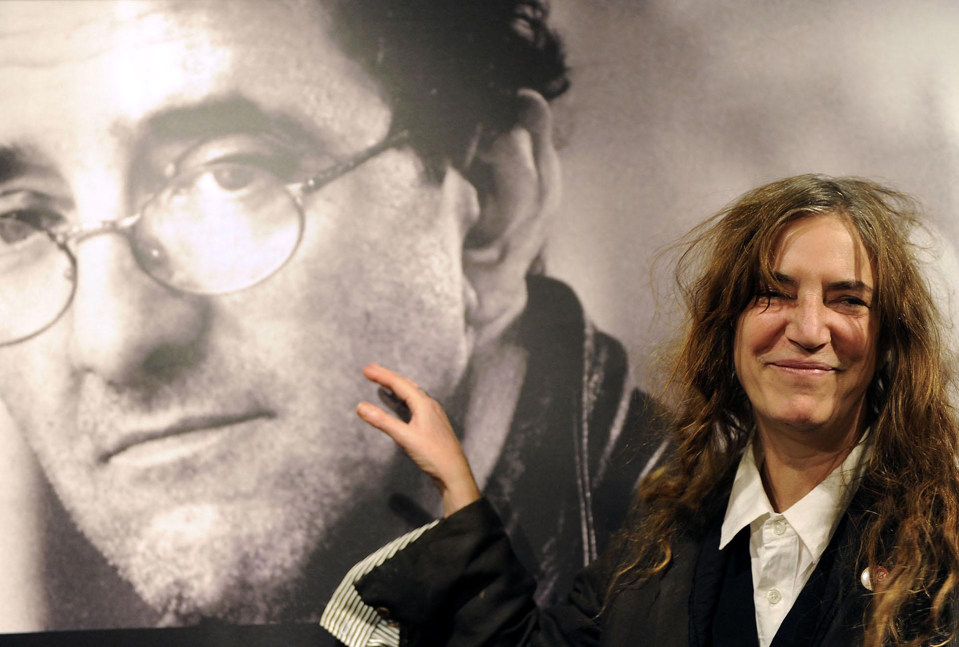 Patti Smith posa frente a un póster de Roberto Bolaño en noviembre de 2010, en Madrid (Domonique Faget)