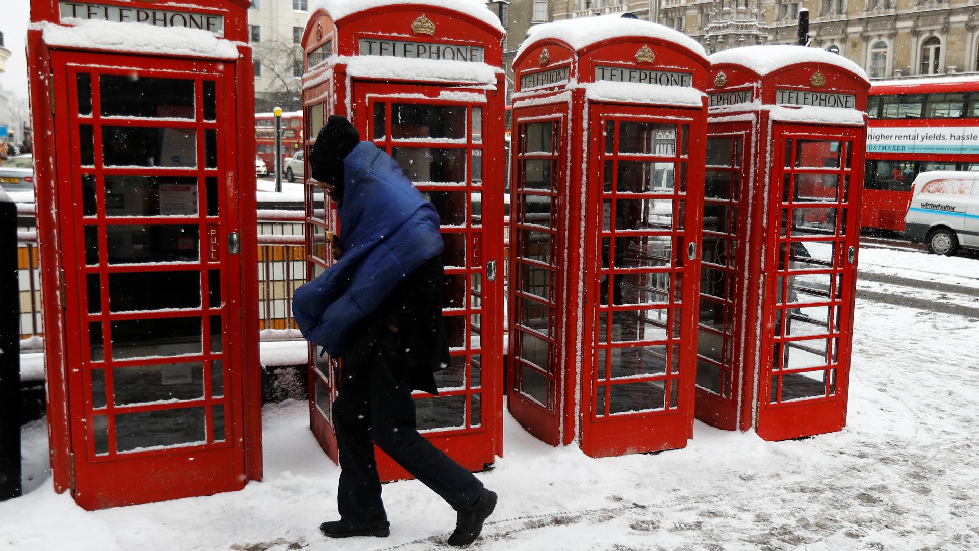 Un hombre camina por las calles de Londres. (Reuters)