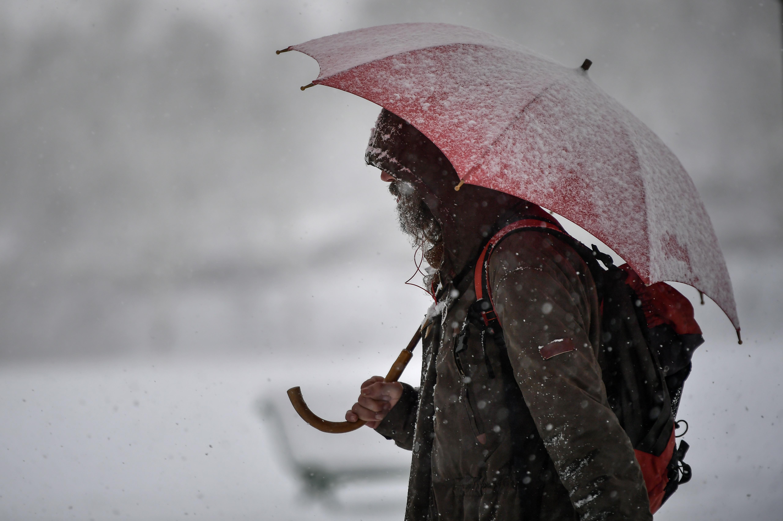 Una mujer camina por las calles dePamplona, España. (AP Photo/Alvaro Barrientos)