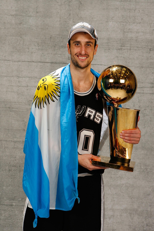 Manu Ginóbili, junto al trofeo de la NBA (AFP)