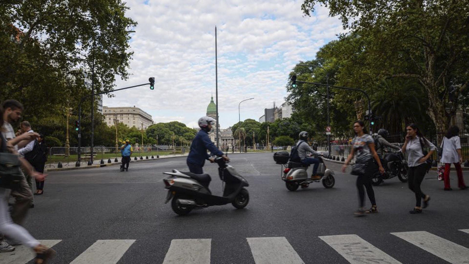 Poca circulación de peatones y de vehículos por la zona del Congreso