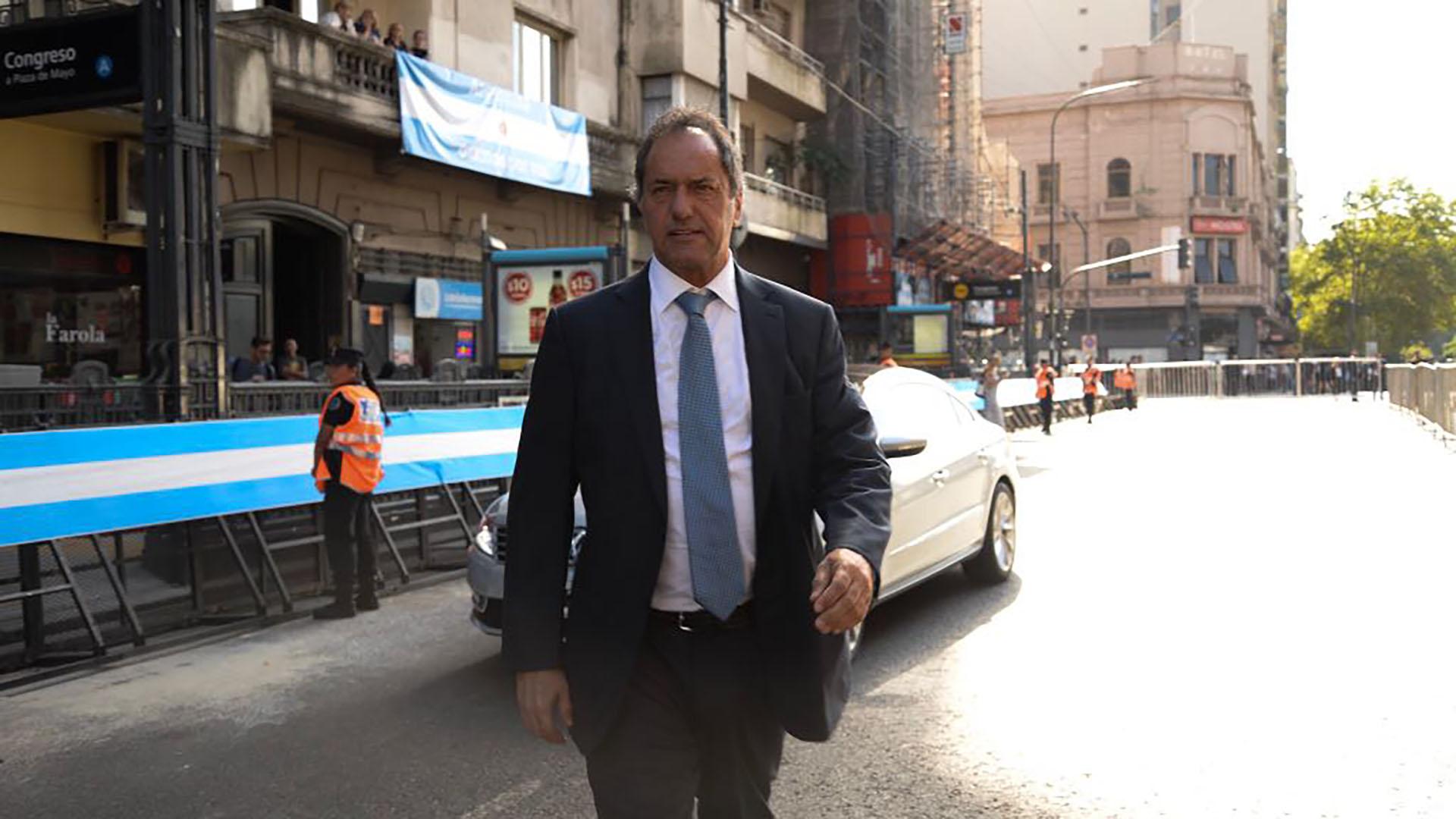 Daniel Scioli camina por avenida Rivadavia