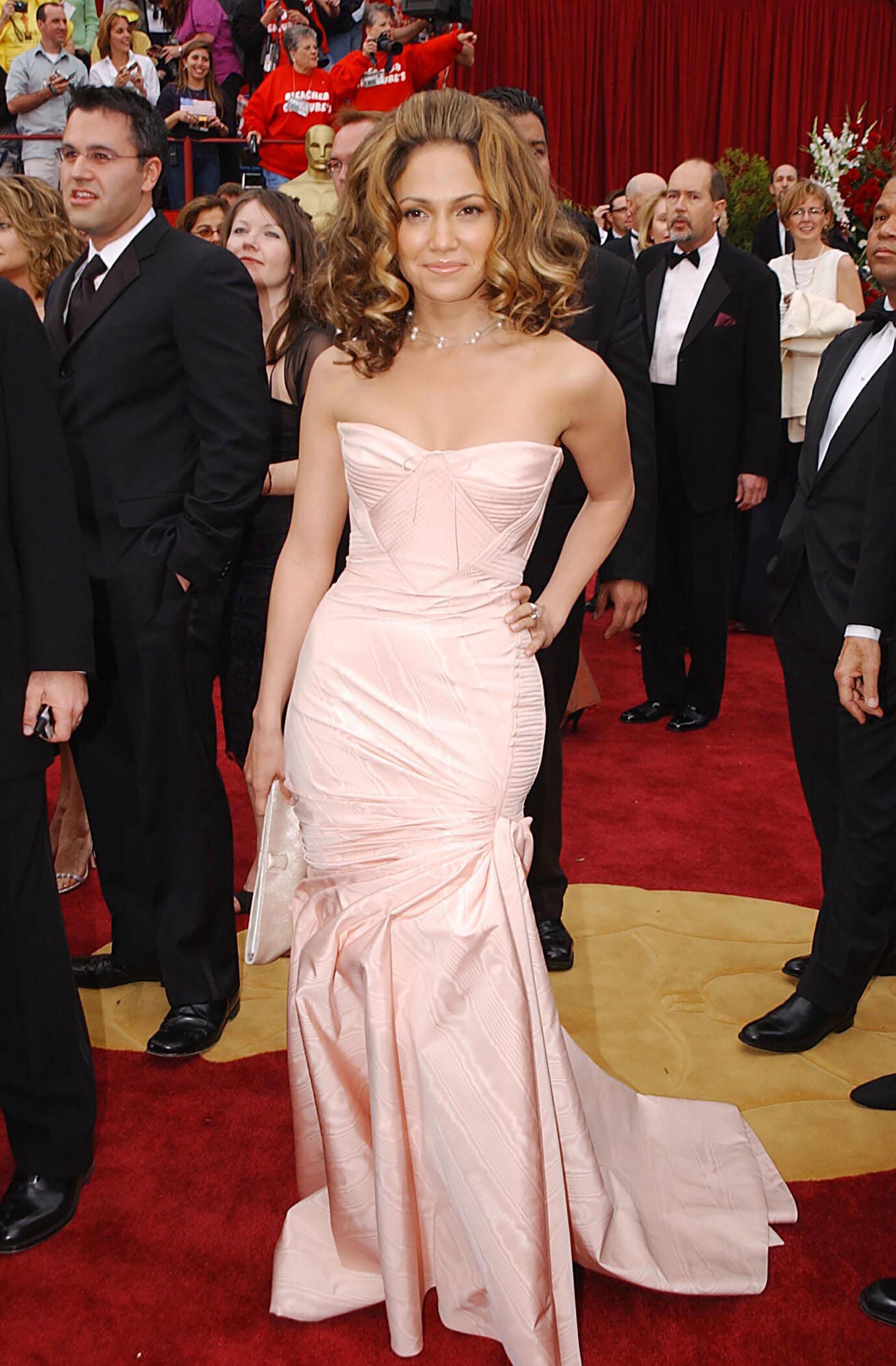 En 2002, la actriz y cantante Jennifer López lució con un vestido de raso Versace., pero su pelo se llevó todo el protagonismo