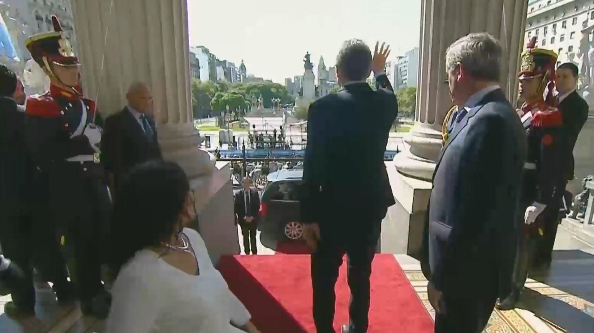 Mauricio Macri, acompañado por Gabriela Michetti y Emilio Monzó, saludaba al ingresar al Congreso para inaugurar la Asamblea Legislativa 2018 (Foto: Captura TV)