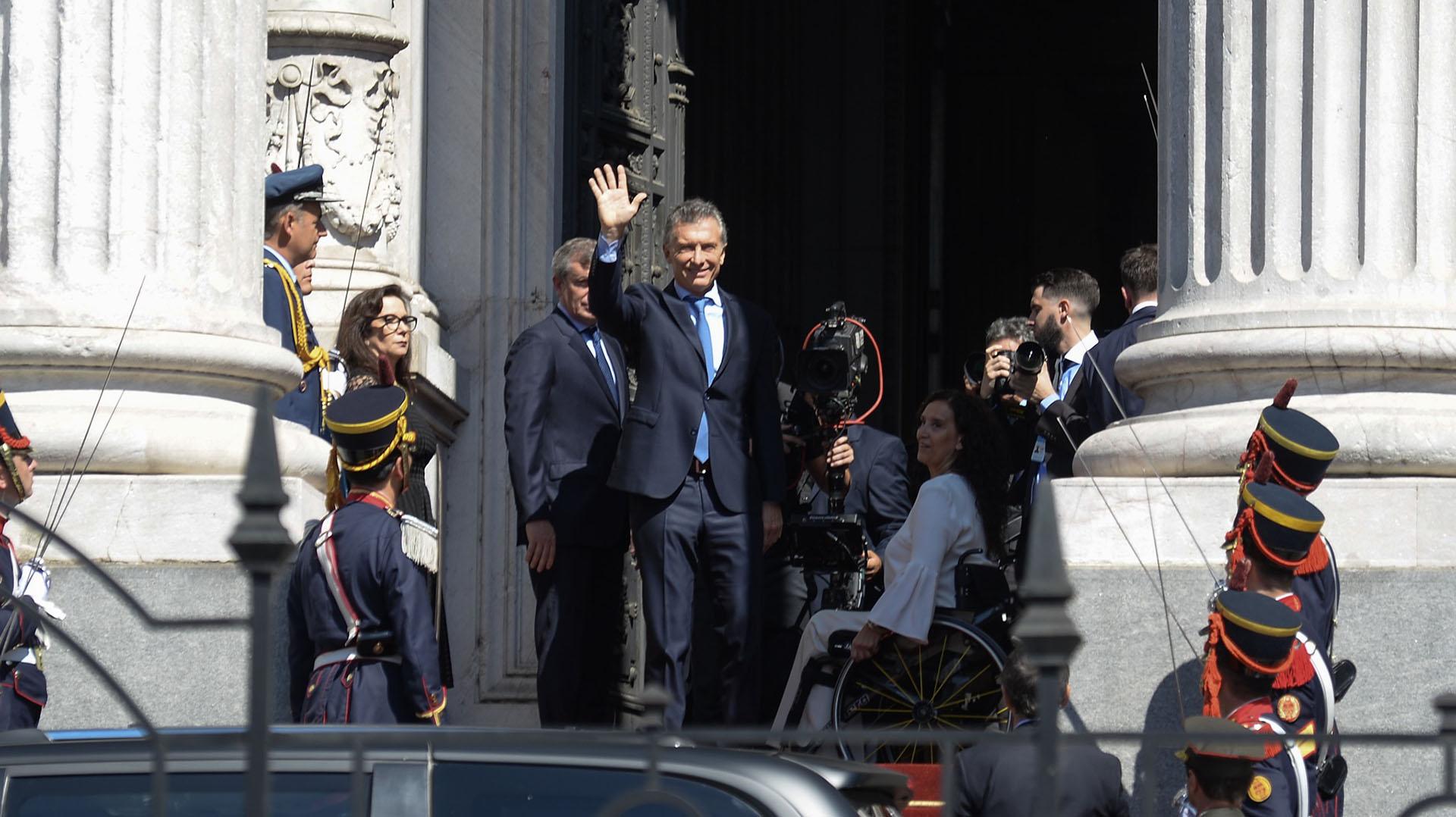 Al salir del Parlamento, Macri volvió a saludar haciala Plaza