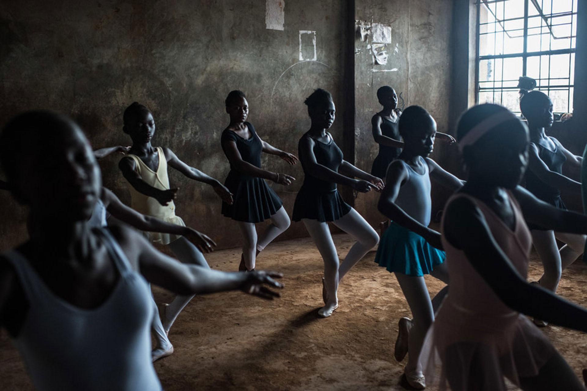 """Competencia """"Profesional"""" – Categoría """"Temas Contemporáneos"""": una clase de ballet en Spurgeons Academy, una escuela en Kibera, un asentamiento informal en los suburbios de Nairobi, la capital de Kenia. (Gentileza Sony World Photography Awards)"""