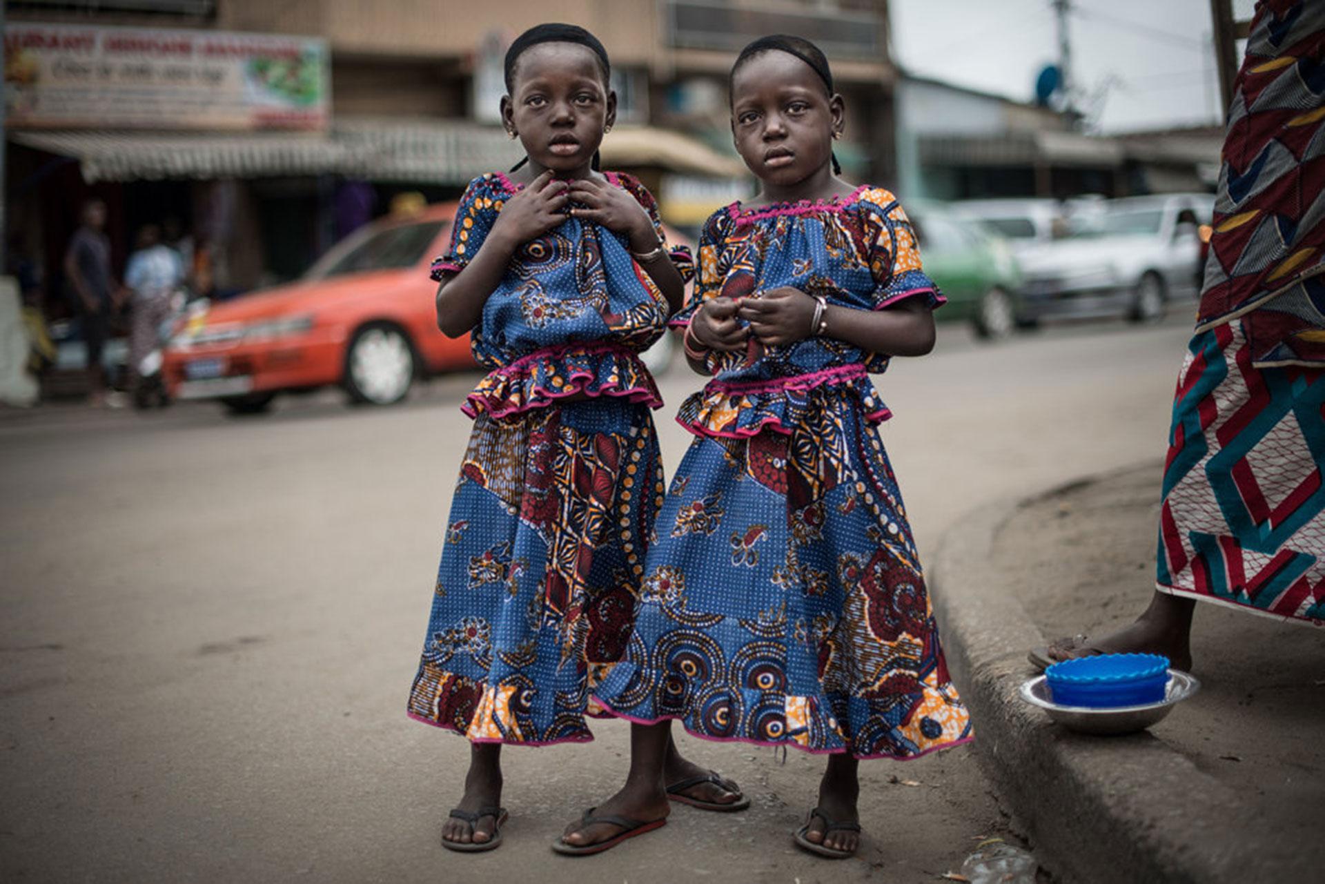 """Competencia """"Profesional"""" – Categoría """"Retratos"""": Rasidatou y Latifatou, de 4 años, posan para un retrato en una calle del distrito Koumassi de Abidján, Costa de Marfil, el 25 de julio de 2017. (Gentileza Sony World Photography Awards)"""