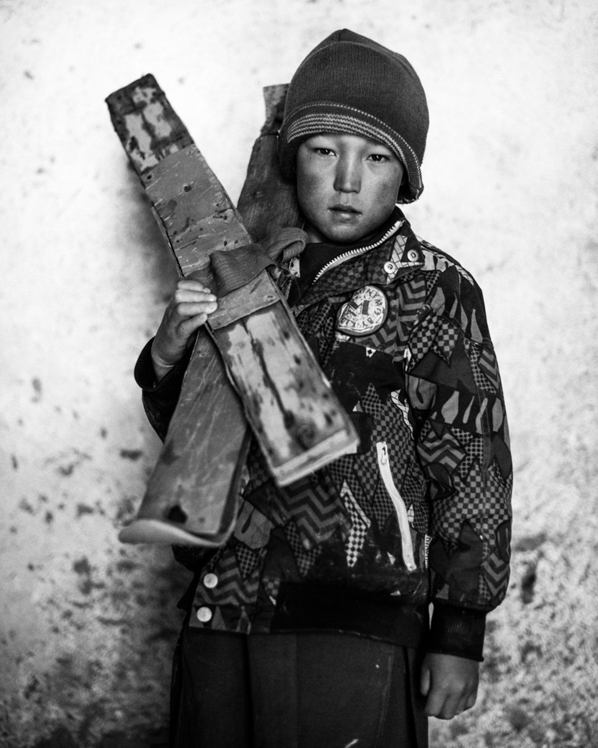 """Competencia """"Profesional"""" – Categoría """"Retrato"""": un retrato de Omid, que no conoce su edad, con sus esquís caseros en la mezquita del pueblo de Aub Bala. (Gentileza Sony World Photography Awards)"""