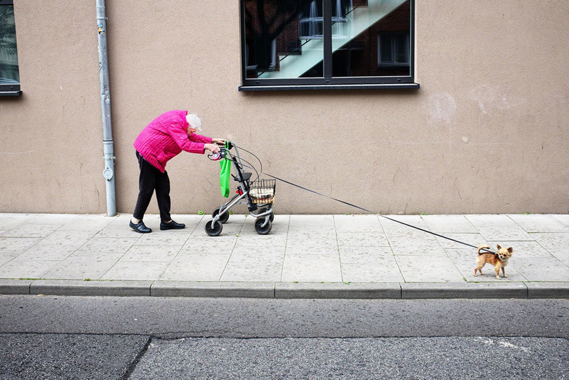 """Competencia """"Abierto""""– Categoría """"Fotografía Callejera"""": la dama más gentil de su vecindario en Hamburgo, Alemania – siempre con estilo, colorida, de buen humor, sonriente, sin quejarse, incluso a través de las luchas diarias. Nunca se la ve sin su mejor amiga, su perrito. (Gentileza Sony World Photography Awards)"""