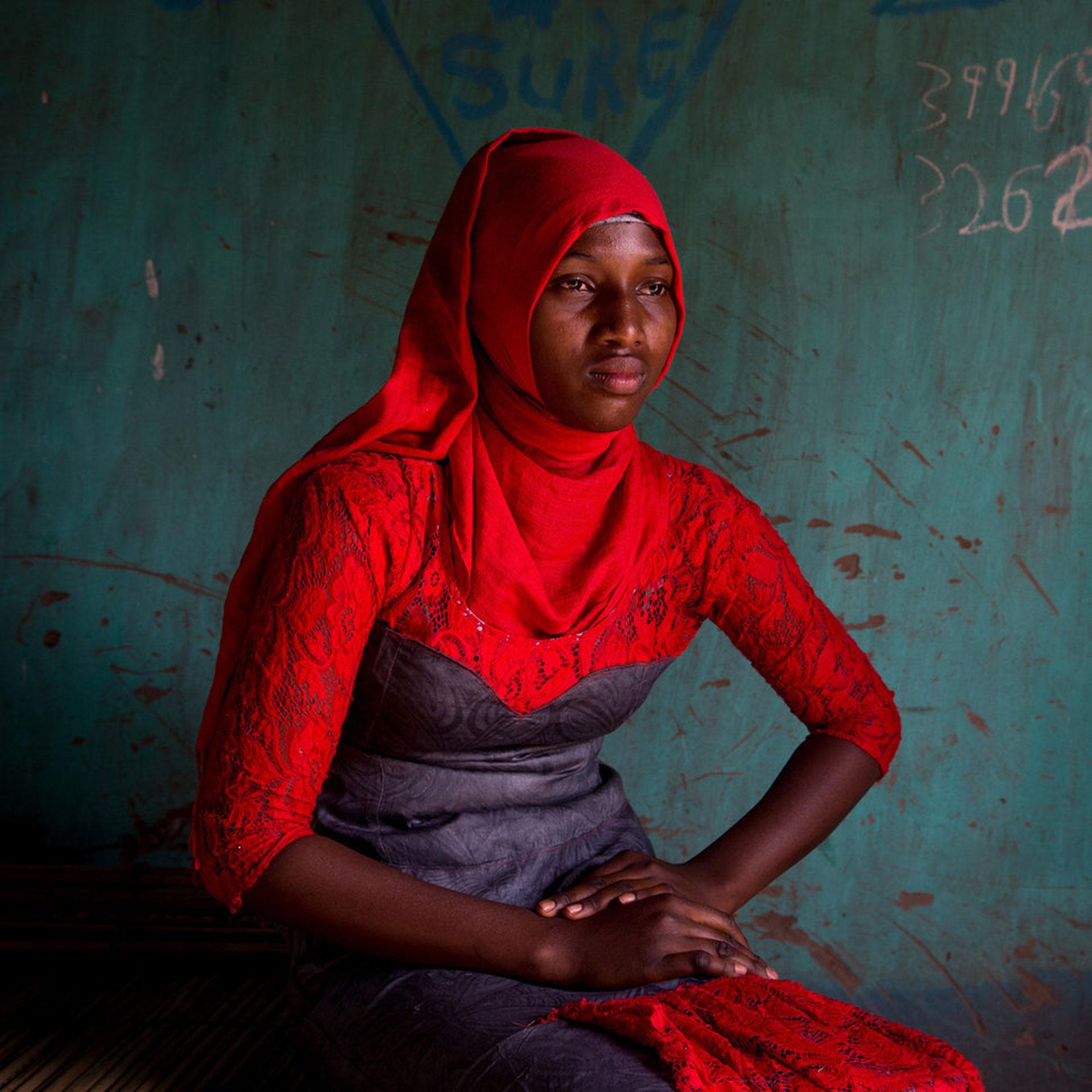 """Competencia """"Profesional"""" – Categoría """"Noticias y Asuntos de Actualidad"""": La mutilación genital femenina es la extirpación parcial o completa de los genitales femeninos externos. Una serie llamada """"Cicatrices"""", a la que pertenece esta foto, comparte las historias personales de 12 mujeres gambianas que sobrevivieron al procedimiento cuando eran niñas. (Gentileza Sony World Photography Awards)"""