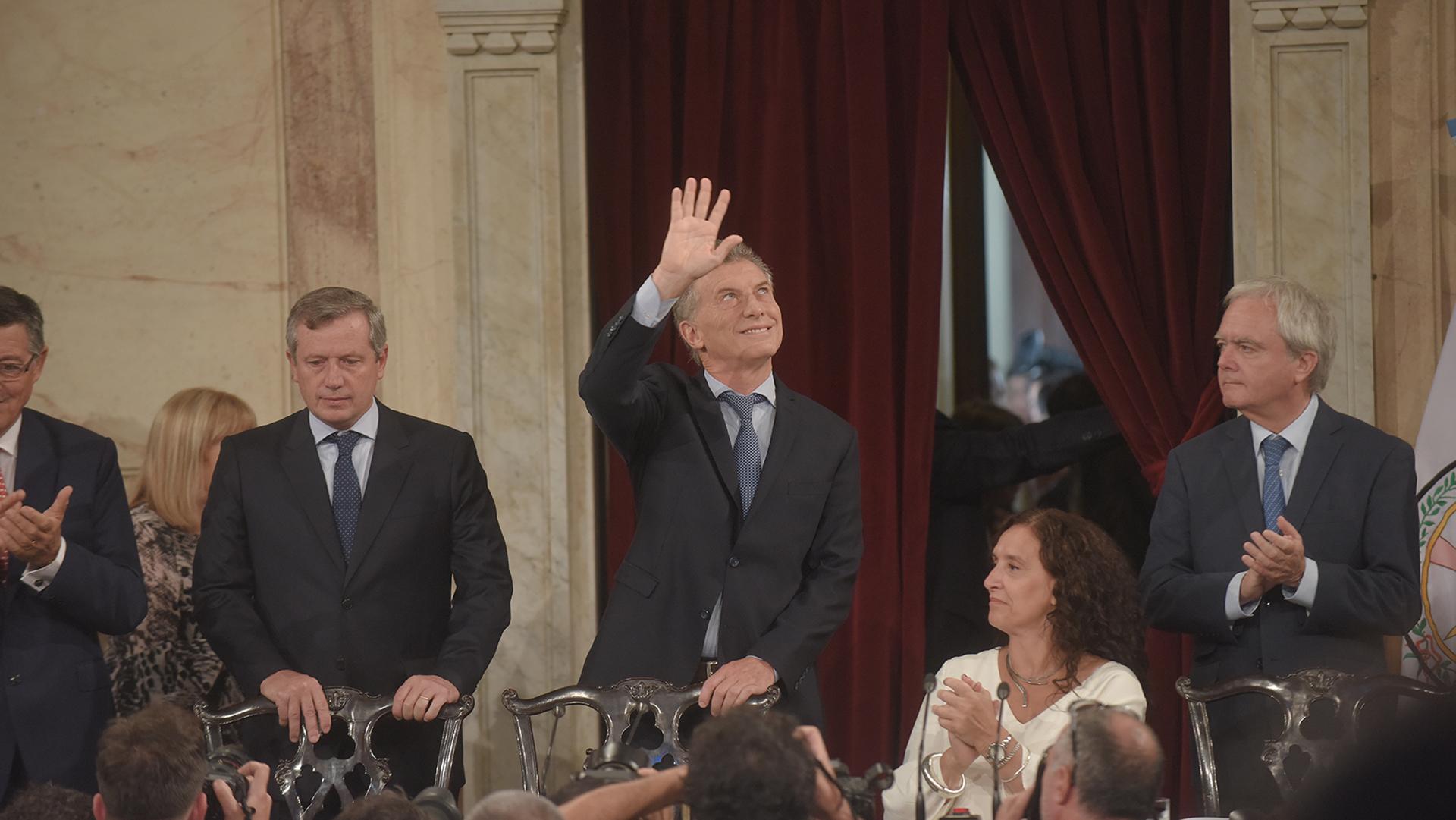 El Presidente saluda a los invitados en los palcos