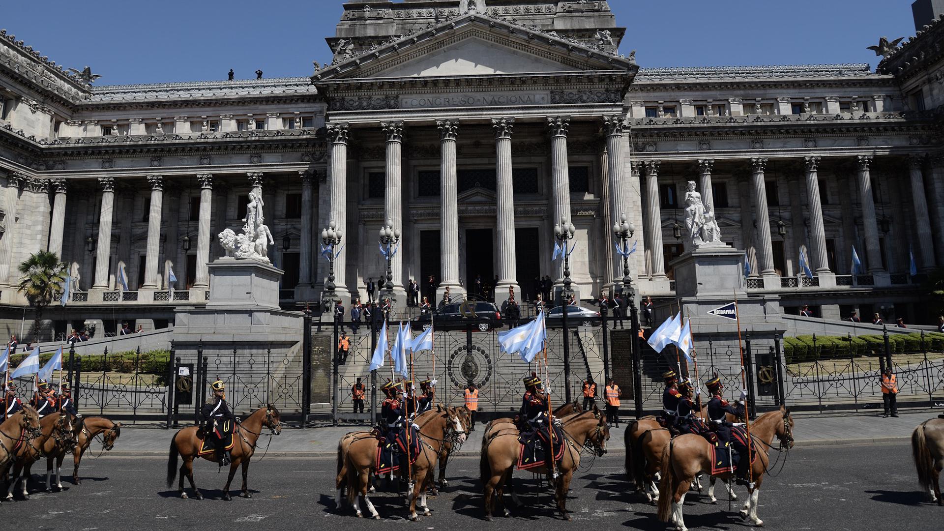Los granaderos que escoltaron al presidente Macri
