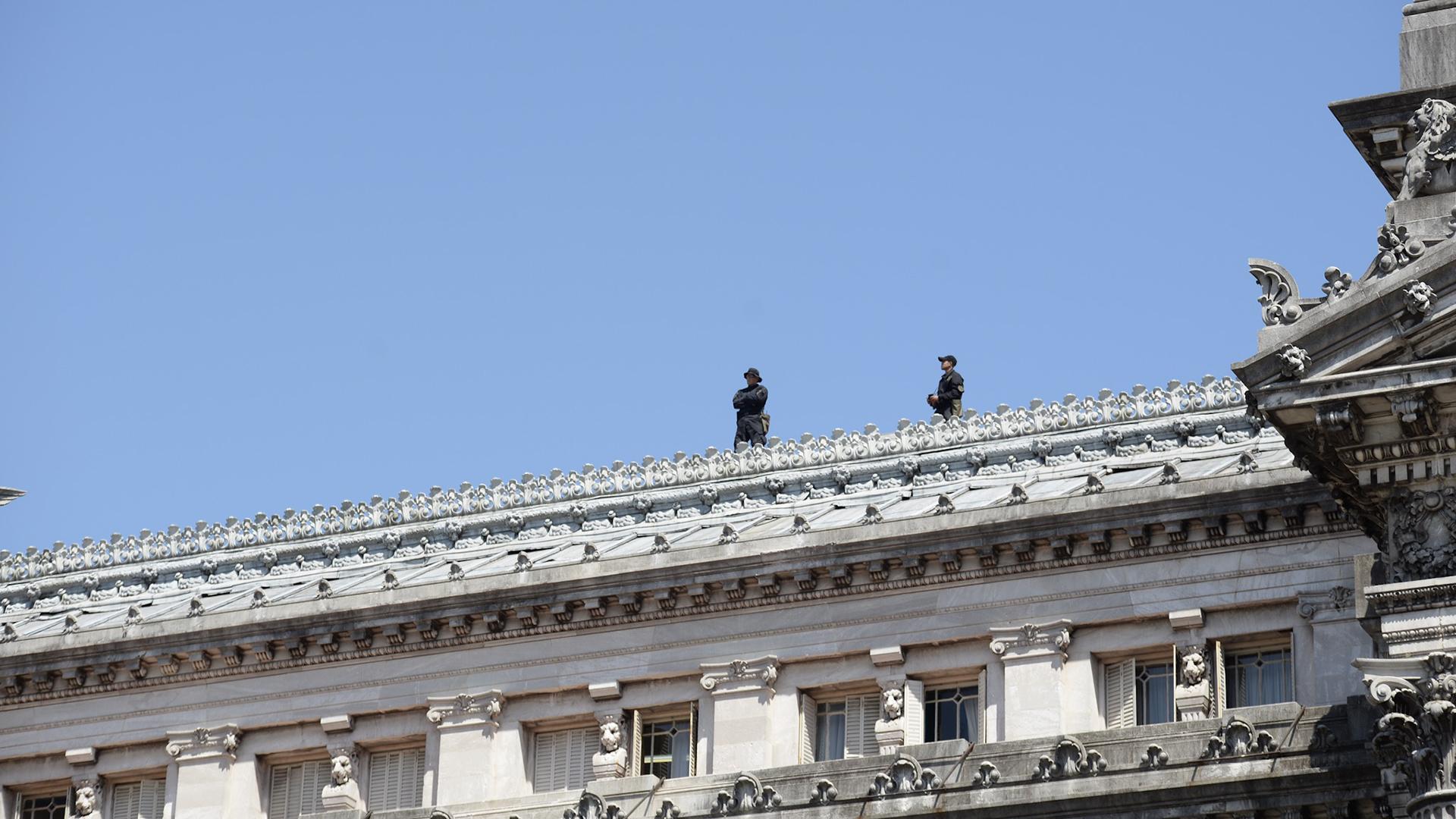 El operativo de seguridad incluyó efectivos en el techo del Congreso