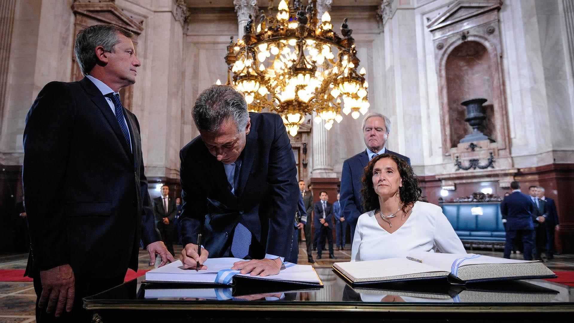 Junto a Michetti, Monzó y Pinedo. Macri firma las actas de la Asamblea Legislativa 2018