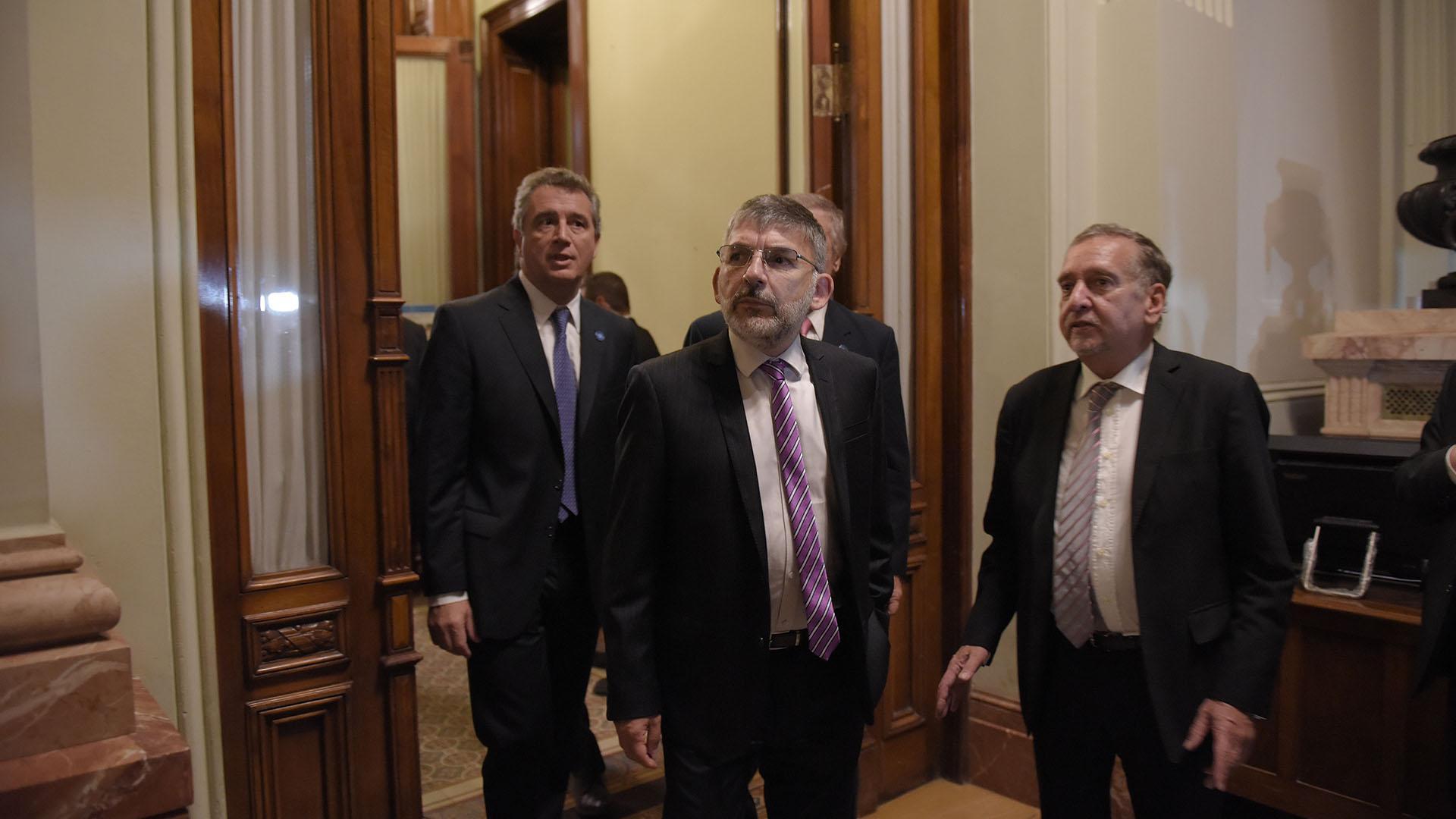 El secretario de Comunicación Pública, Jorge Grecco junto al ministro de Ciencia Lino Barañao; y en el fondo, el ministro de Agroindustria Luis Miguel Etchevehere