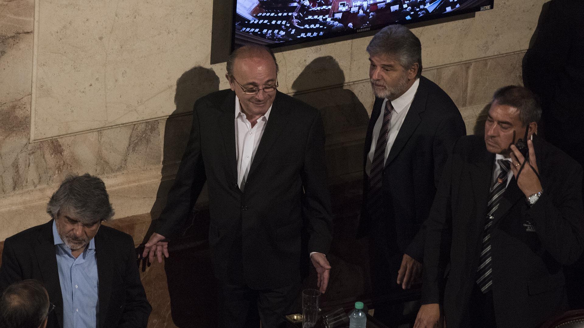 Leopoldo Moreau y Daniel Filmus se acomodan en el recinto