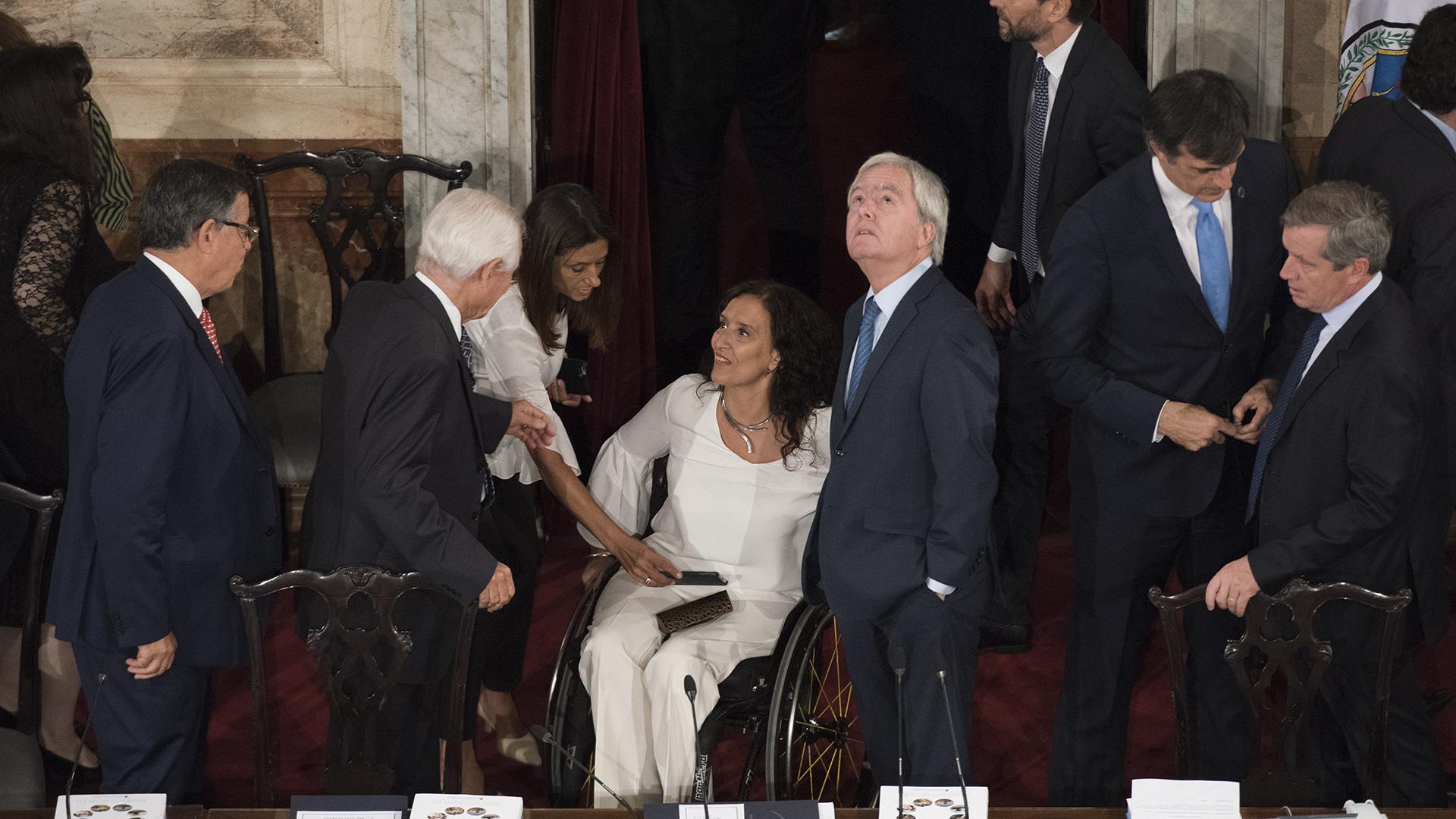 Gabriela Michetti junto a un Pinedo que observa el techo de la Cámara de Diputados
