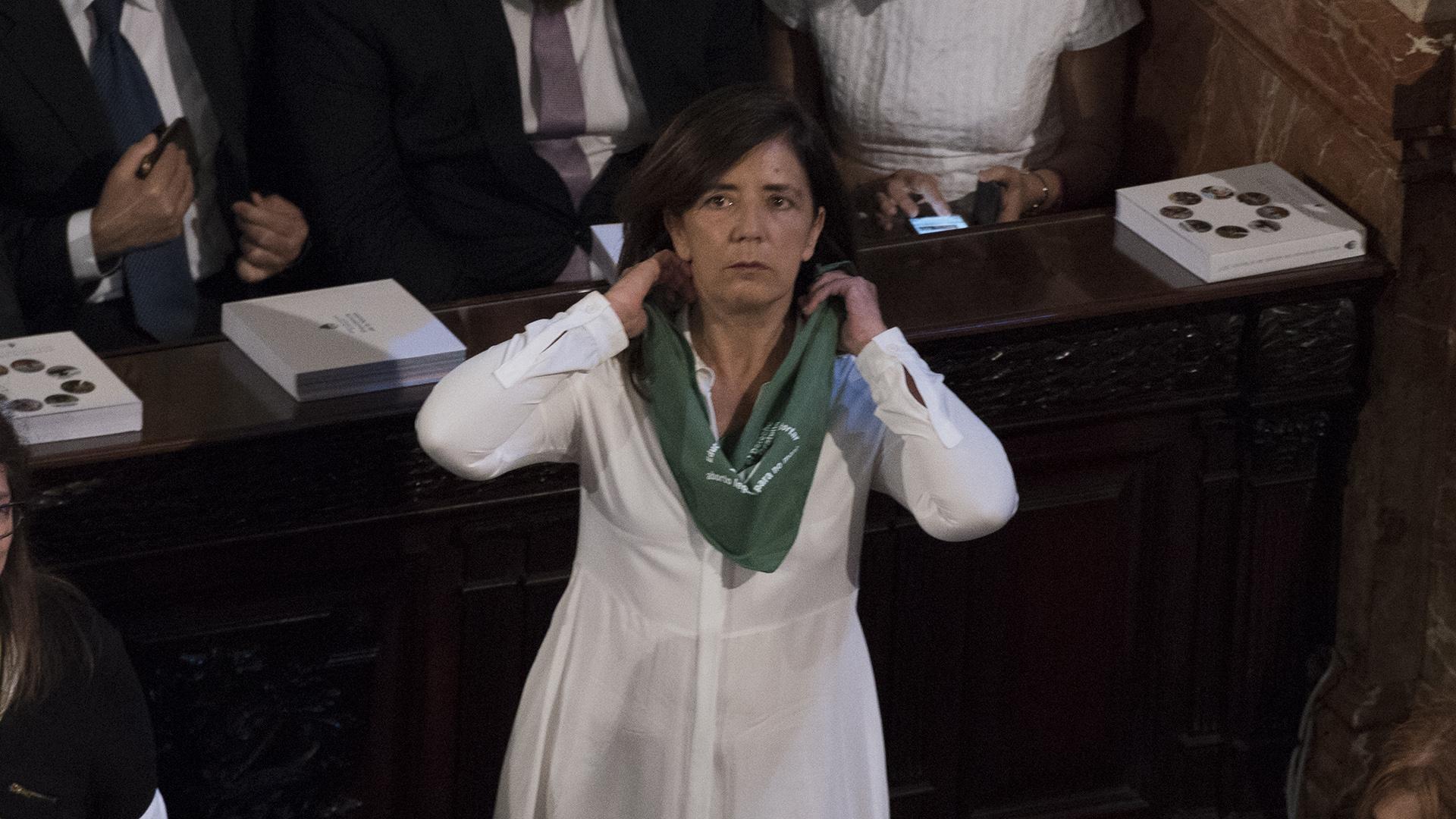 Gabriela Cerruti con el pañuelo verde, símbolo del reclamo por la ley de interrupción del embarazo voluntario