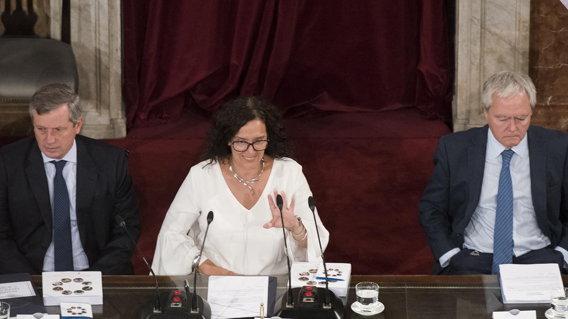 La Vicepresidente, escoltada por Monzó y Pinedo, en la apertura de la sesión