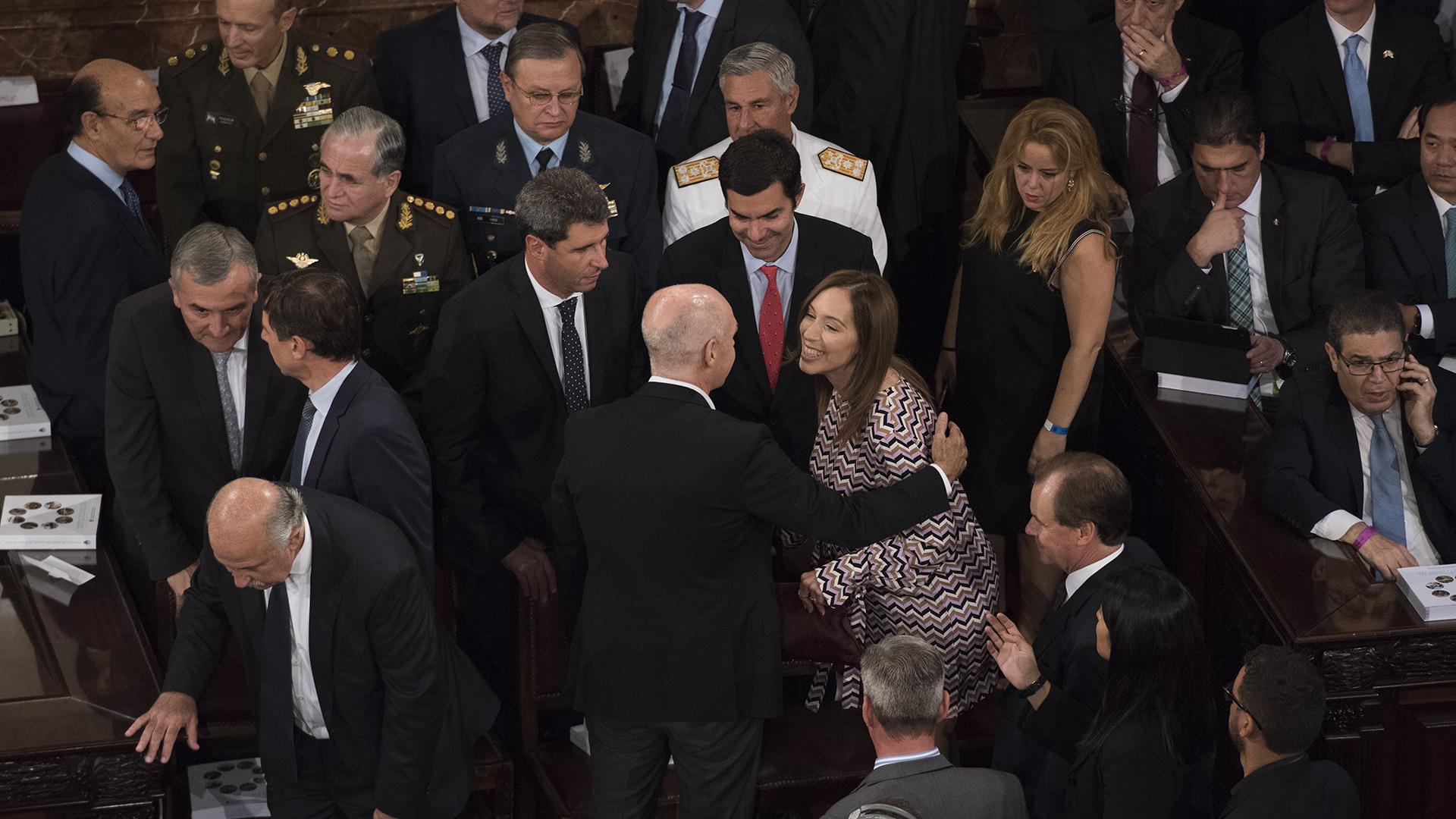 María Eugenia Vidal saluda a Horacio Rodriguez Larreta ante la mirada de Juan Manuel Urtubey y Sergio Uñac