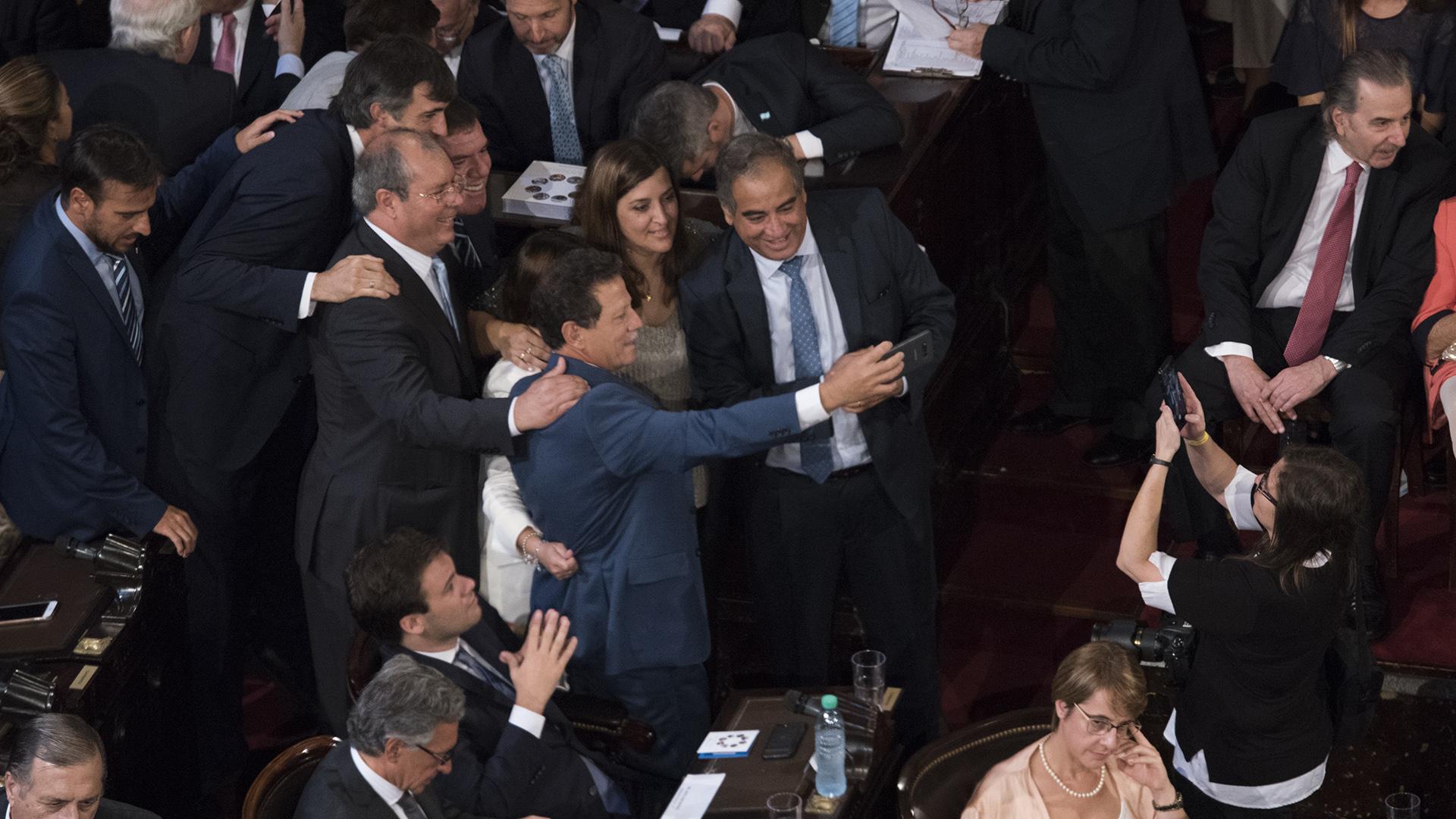 Esteban Bullrich, en el centro de una 'selfie' en el recinto
