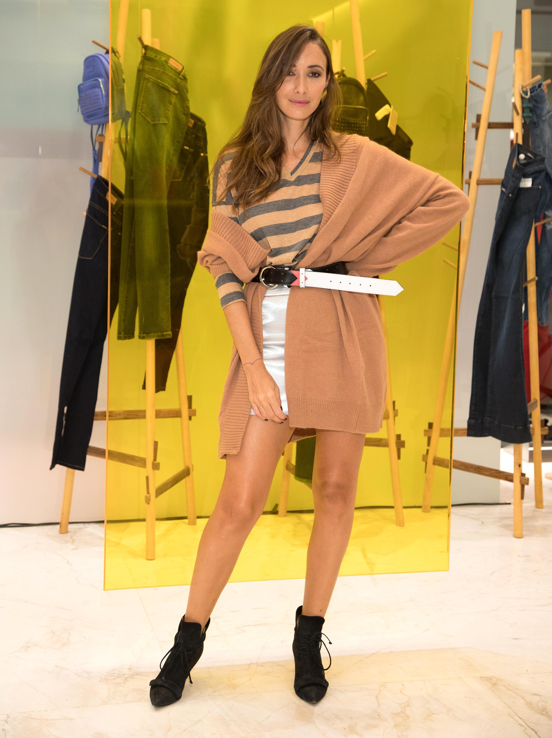 Caro Di Nezio, con un outfit superpuesto, abrigo, mini y cinturón.