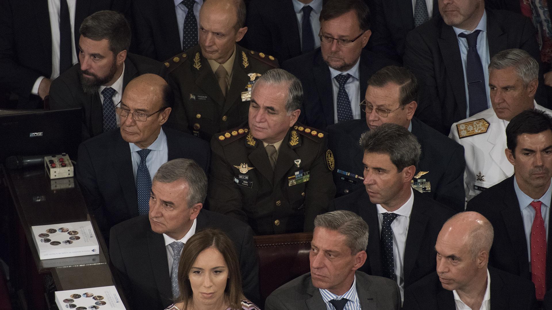 En el fondo, el flamante jefe del Ejército Claudio Pasqualini