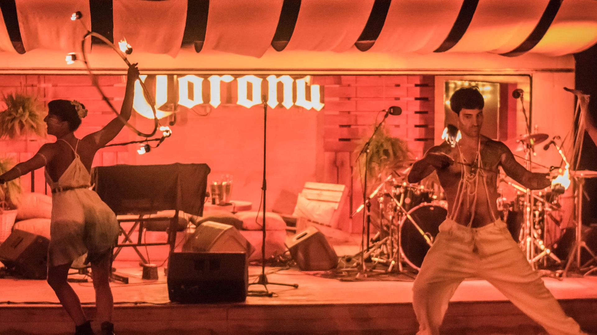 Tanto en la Patagonia como en Uruguay, los eventos tuvieron música, performances y make-up art en vivo.